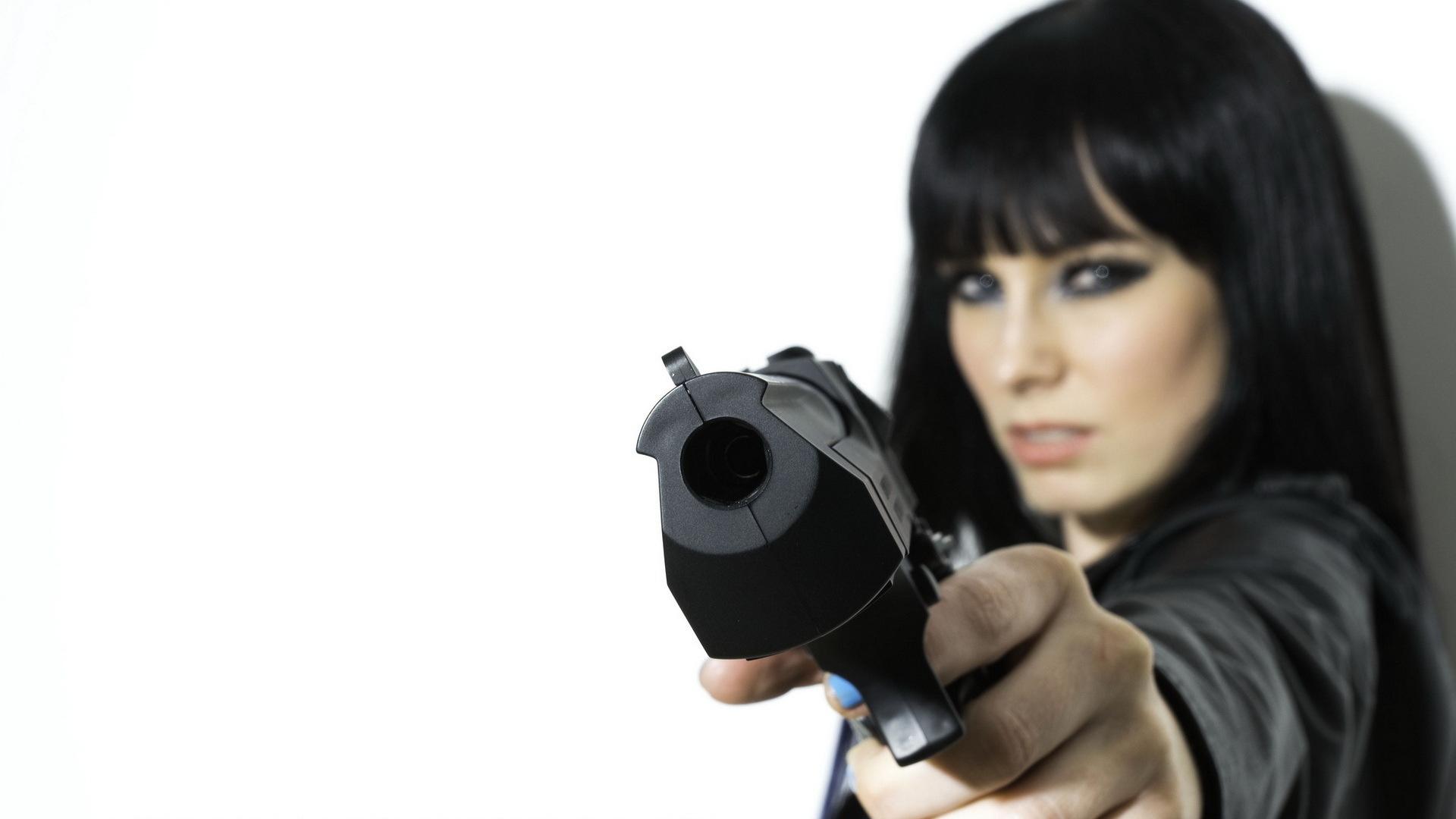 Copia di beautiful girl with gun wallpaper