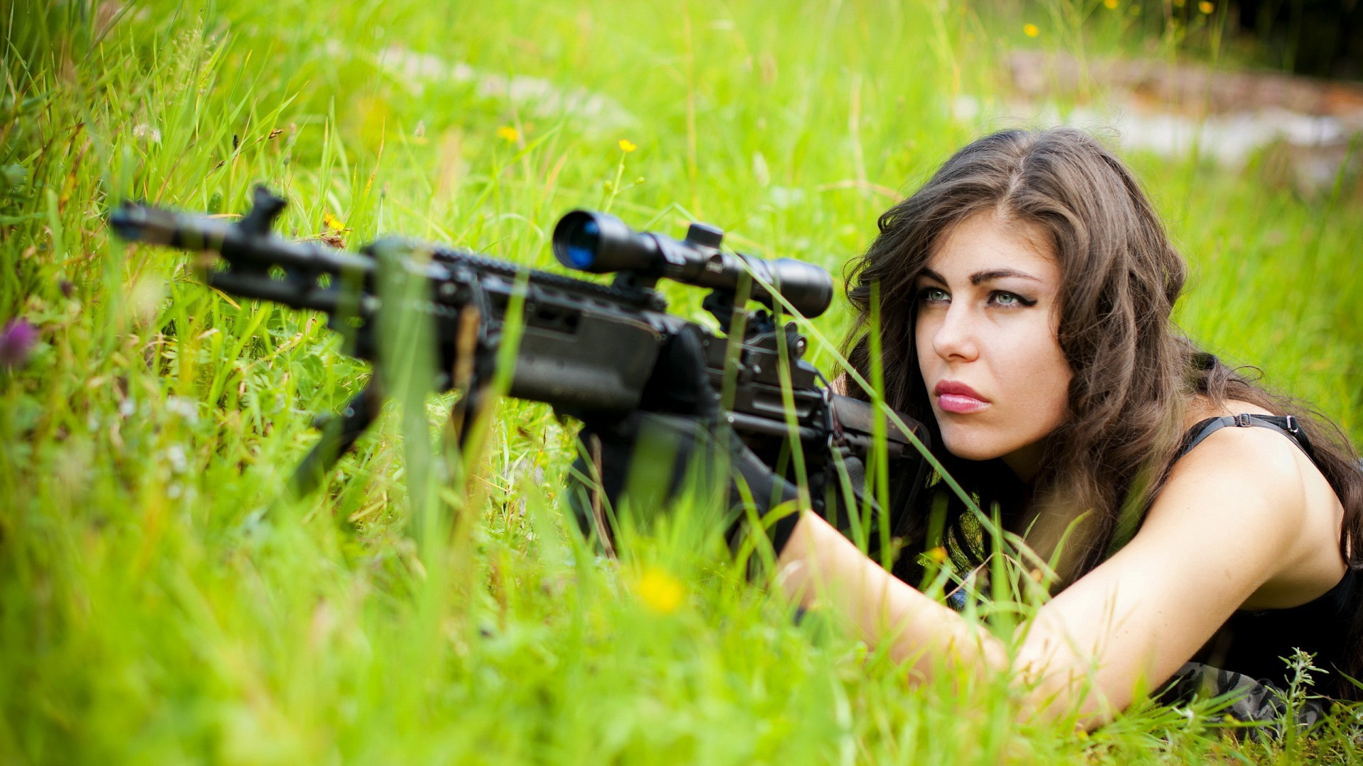Girls_Sniper_girl_lain_down_in_the_grass_097922_